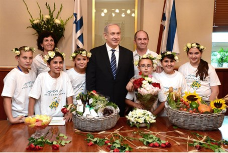 Netanyahu receives baskets of first fruits fr