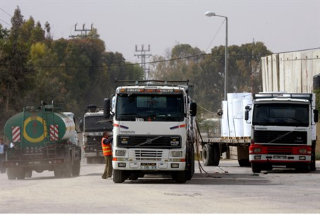 Trucks with food supplies enter Gaza through