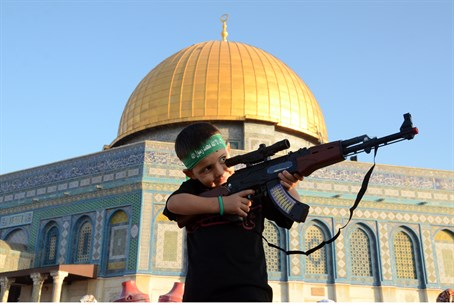 Child wearing a Hamas headband brandishes a toy gun on Temple Mount (file)