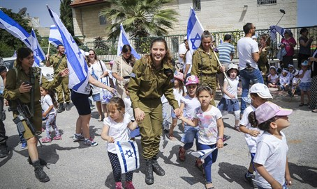 Soldiers accompany children for pre-Independence Day march in Efrat
