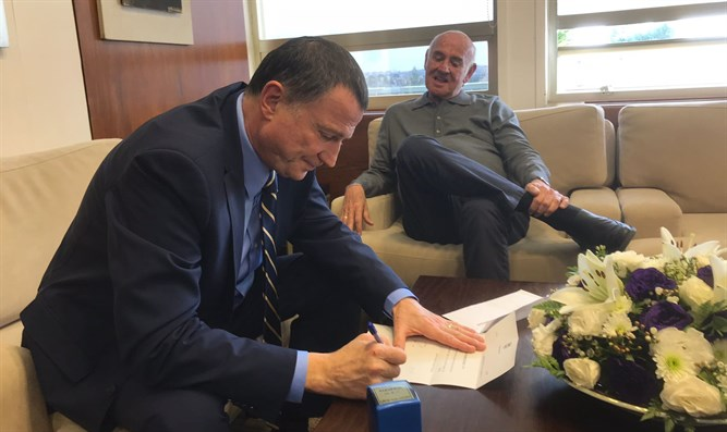 Yaakov Perry (right) submits resignation letter to Knesset Speaker Yuli Edelstein