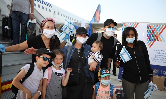 New Olim from France arrive in Israel