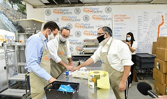 Welfare Minister packs food at Chabad charity factory