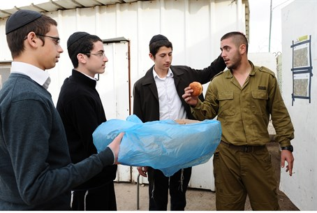 Chabad volunteers hand treats to Israeli sold