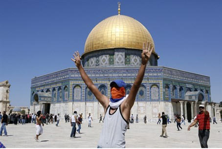 Arab rioter celebrates on Temple Mount