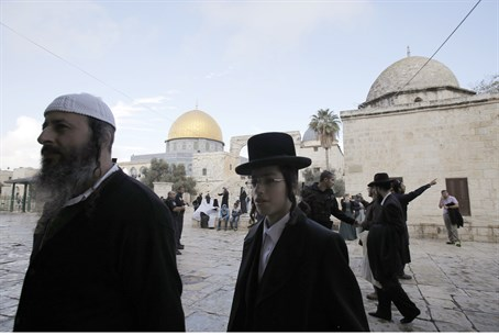 Jews on Temple Mount (file)