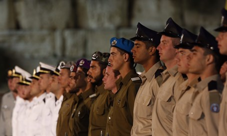 IDF soldiers stand to attention at Kotel Memorial Day ceremony (file)