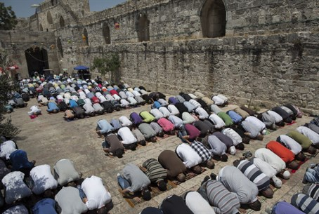 Muslim prayer (file)