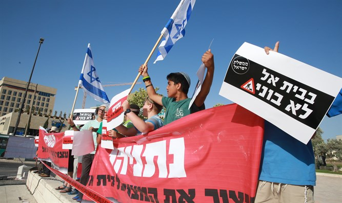 Protesters demand PM honor pledge to build 296 homes in Beit El